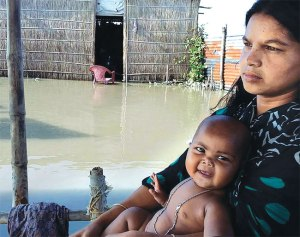 A flood-affected family in Goroimari village in Assam's Kamrup district (Down to Earth)