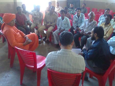 Swami Agnivesh in a discussion of problems of tea labourers at Silchar, Assam